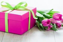 Tulip Flowers e Giftbox na tabela rústica para o 8 de março, Internati Imagem de Stock