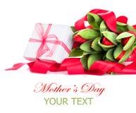 A tulipa da mola floresce o ramalhete e a caixa de presente Imagens de Stock Royalty Free