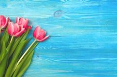 A tulipa floresce no fundo de madeira com espaço da cópia conceito do dia da mulher Imagens de Stock Royalty Free