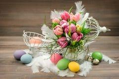 A tulipa floresce o vintage da decoração dos feriados dos ovos da páscoa Fotos de Stock Royalty Free