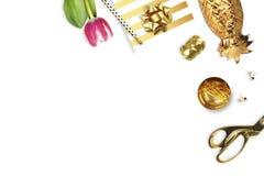 Tulipa, grampeador do ouro, lápis Opinião da tabela Ainda vida da forma Configuração lisa Foto de Stock Royalty Free