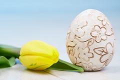 Tulipa, ovo da páscoa, assoalho do braun e easter feliz Imagens de Stock