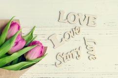 Tulipan kwitnie z drewnianymi słowami miłość Zdjęcie Royalty Free