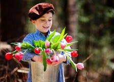 Tulipanes adorables de la explotación agrícola del niño pequeño Fotos de archivo