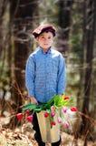 Tulipanes adorables de la explotación agrícola del niño pequeño Imagenes de archivo