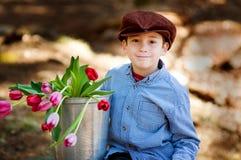 Tulipanes adorables de la explotación agrícola del niño pequeño Imagen de archivo libre de regalías