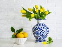 Tulipanes amarillos en el florero chino imagen de archivo