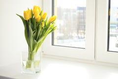 Tulipanes amarillos en florero Imagen de archivo