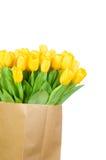 Tulipanes amarillos en la bolsa de papel Foto de archivo libre de regalías