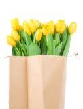 Tulipanes amarillos en la bolsa de papel Imagenes de archivo