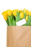 Tulipanes amarillos en la bolsa de papel Fotos de archivo
