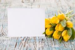 Tulipanes amarillos en tablones de madera Imagen de archivo libre de regalías