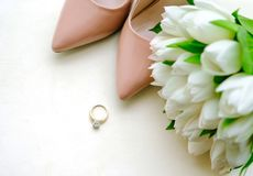 Tulipanes blancos con el anillo foto de archivo