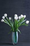 Tulipanes blancos en florero Imágenes de archivo libres de regalías
