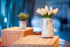 Tulipanes blancos en un florero Imágenes de archivo libres de regalías