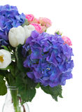 Tulipanes blancos, rosas rosadas y flores azules del hortensia Imágenes de archivo libres de regalías