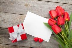 Tulipanes, caja de regalo y tarjeta de felicitación frescos Foto de archivo