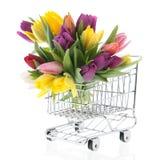 Tulipanes coloridos del ramo en carro de la compra Fotos de archivo