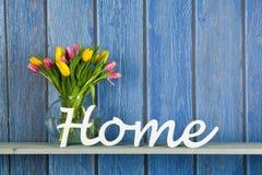 Tulipanes coloridos del ramo en casa Fotos de archivo libres de regalías