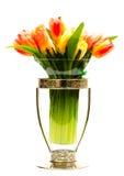 Tulipanes coloridos en un florero cristalino Fotografía de archivo