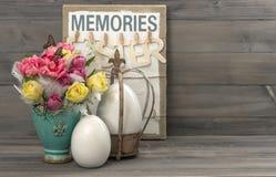 Tulipanes con las mariposas y los huevos de Pascua Fotografía de archivo