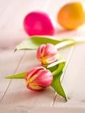 Tulipanes con los huevos de Pascua Foto de archivo