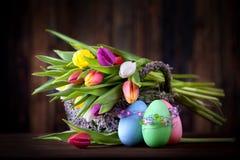 Tulipanes con los huevos de Pascua fotografía de archivo libre de regalías