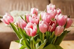 Tulipanes de Holanda - tulipanes de la tarjeta del día de San Valentín Imagen de archivo