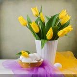 Tulipanes de la primavera con los huevos Fotografía de archivo