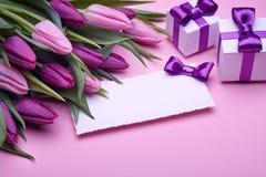 Tulipanes de la primavera, tarjeta y algunos regalos foto de archivo
