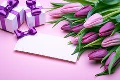 Tulipanes de la primavera y accesorios del día de fiesta fotos de archivo libres de regalías