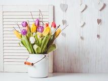 Tulipanes del color en el bastón foto de archivo