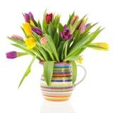 Tulipanes del ramo en florero con las rayas imagen de archivo