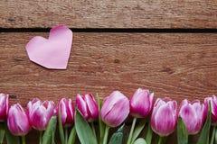 Tulipanes del rosa del corazón del rosa del día de tarjetas del día de San Valentín Imagen de archivo libre de regalías