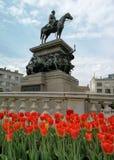 Tulipanes delante de Alejandro II Fotos de archivo