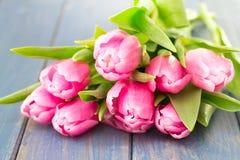Tulipanes en de madera azul Imagenes de archivo