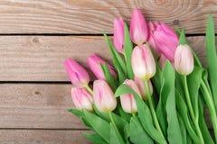 Tulipanes en el fondo de madera Fotografía de archivo libre de regalías