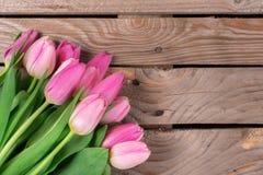 Tulipanes en el fondo de madera Imágenes de archivo libres de regalías