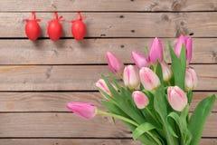 Tulipanes en el fondo de madera Fotos de archivo libres de regalías