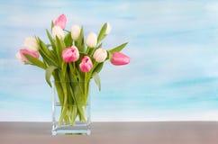 Tulipanes en fondo azul en colores pastel de la acuarela Imagen de archivo libre de regalías