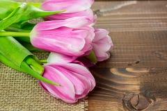 Tulipanes en fondo de madera Imágenes de archivo libres de regalías
