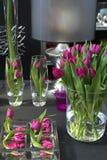Tulipanes en interior imagen de archivo