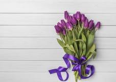 Tulipanes en los tableros blancos Fotos de archivo
