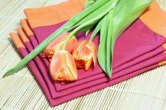 Tulipanes en placemats Foto de archivo