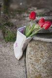Tulipanes en un empaquetado de expediente con bordado Foto de archivo