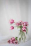 Tulipanes en un florero imagen de archivo libre de regalías