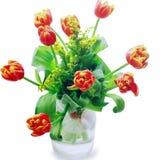 Tulipanes en un florero en un fondo blanco Fotos de archivo libres de regalías