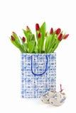 Tulipanes en una bolsa de papel Fotografía de archivo