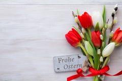 Tulipanes, flores de la primavera y decoración rojos de Pascua Fotografía de archivo libre de regalías