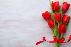 Tulipanes, flores de la primavera y decoración rojos de Pascua Fotos de archivo